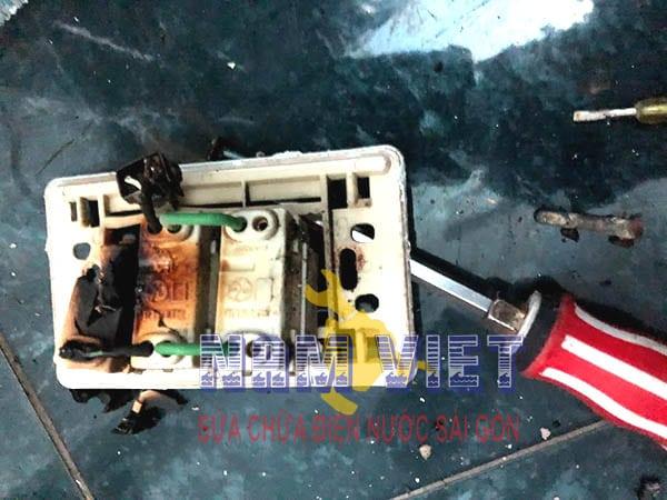 Hướng dẫn sửa ổ cắm điện cho an toàn khi mất điện hoặc chập cháy