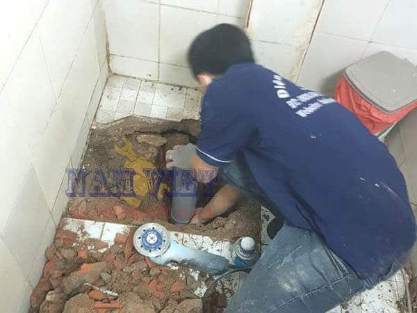 Thợ sửa ống nước bị rò rỉ