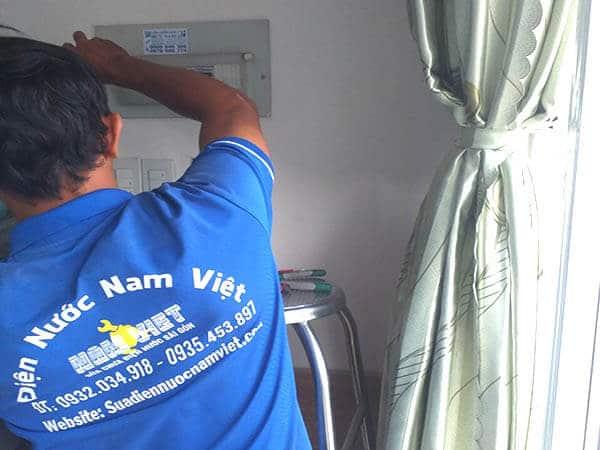 Thợ sửa sự cố chập cháy điện