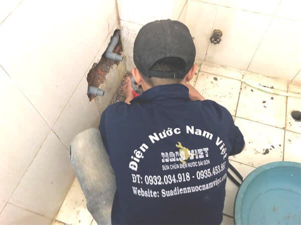 Thợ sửa ống nước nhà vệ sinh