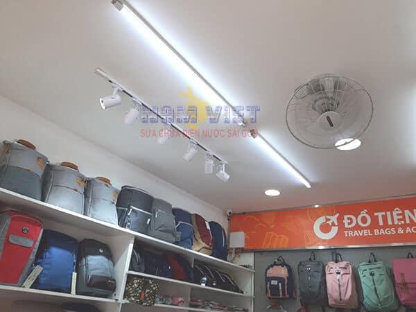 Lắp đèn chiếu sáng cho shop ở quận 10