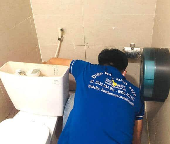 Thợ sửa bồn cầu rò rỉ nước tại TPHCM