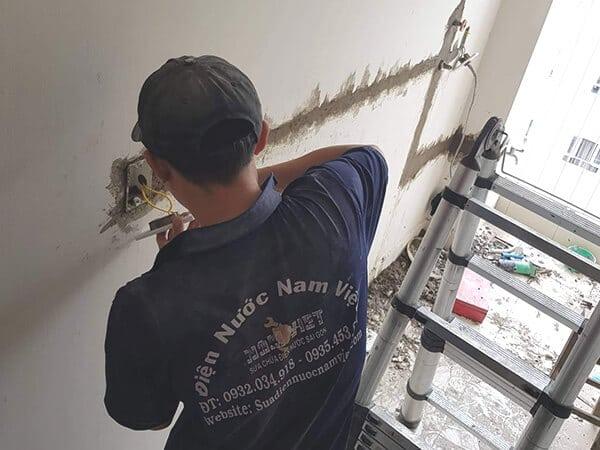 Thợ lắp đặt ổ cắm điện âm tường