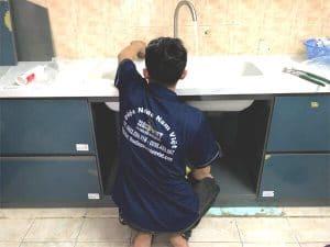 Thợ sửa vòi rửa chén bị tắc nước