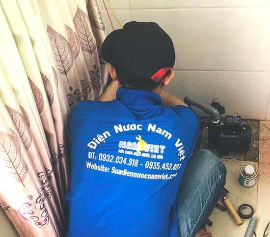 Thợ lắp máy bơm nước