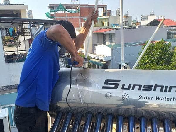 Thợ sửa ống nước nóng năng lượng mặt trời