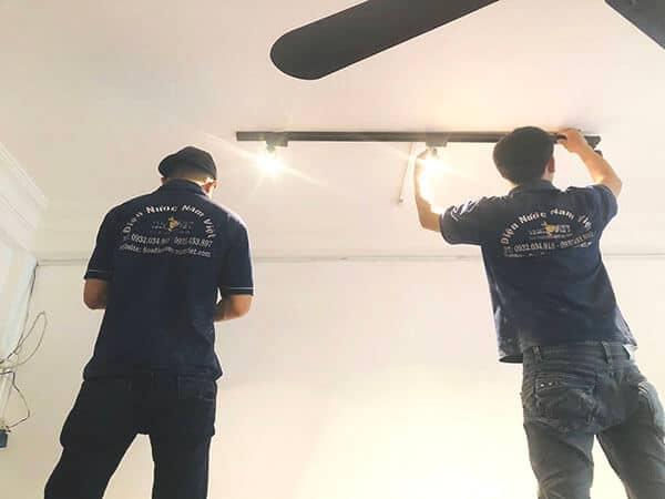 Thợ lắp bóng đèn điện