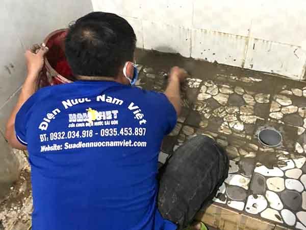 Sửa ống nước nhà tắm bị rò rỉ âm nền nhà